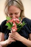 Frau und Blumen Lizenzfreie Stockfotografie