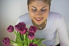 Frau und Blumen Stockfotos