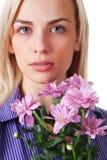 Frau und Blumenstrauß der Blumen Lizenzfreie Stockbilder