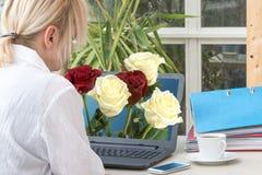 Frau und Blumenstrauß von Rosen Stockbild