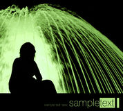 Frau und Brunnen nachts Stockfotos