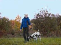 Frau und dalmatinischer Wegherbstabend Stockfoto