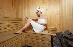 Frau und Dampfbad an der Sauna Stockbilder