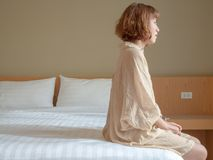 Frau und das Bett stockfotos