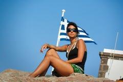 Frau und die griechische Flagge Feiertag in Griechenland lizenzfreie stockbilder