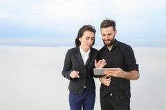 Frau und Ehemann, der Tablette verwendet, um Erholungsorte zu finden Stockbild