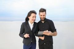 Frau und Ehemann, der Tablette verwendet, um Erholungsorte zu finden Lizenzfreie Stockfotos