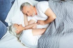 Frau und Ehemann, die im Bett liegen stockbilder