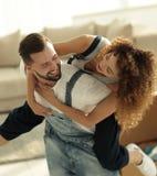 Frau und Ehemann sind glücklich, sich auf eine neue Wohnung zu bewegen Stockfotos