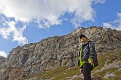 Frau und ein Berg Stockbilder