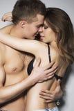 Frau und ein Mann, der in der sexy Haltung mit Lust in ihren Augen sich hält Lizenzfreies Stockbild