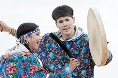 Frau und ein Manntanzen mit einem Tamburin Kamchatka, Russland Lizenzfreie Stockfotos