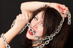 Frau und eine Stahlkette Lizenzfreie Stockfotografie
