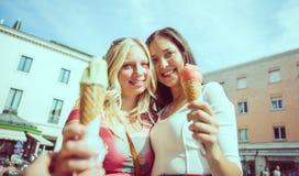 Frau und Eiscreme lizenzfreie stockbilder