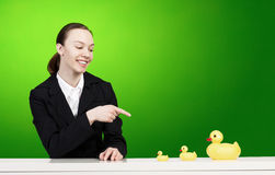 Frau und Ente Stockfotografie