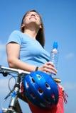 Frau und Fahrrad Stockbilder