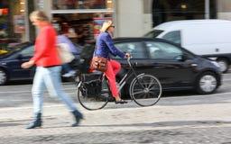 Frau und Fahrrad Stockbild