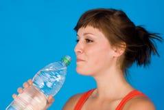 Frau und Flasche Wasser Lizenzfreie Stockfotos