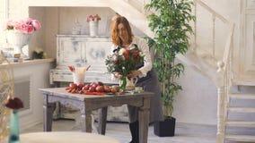 Frau und Florist mit zwei Chefs, die Blumen, Obst und Gemüse für die Herstellung des Fruchtblumenstraußes vorbereiten stock video footage