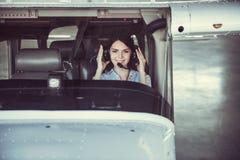 Frau und Flugzeuge lizenzfreies stockbild