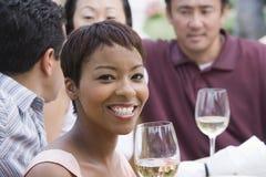Frau und Freunde, die mit Wein feiern Lizenzfreie Stockfotos
