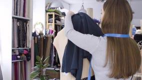 Frau und Geschäft, Frauen und Modeindustrie, weiblicher Designer im Studio stock footage