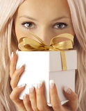 Frau und Geschenk Stockbild