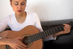 Frau und Gitarre Lizenzfreie Stockbilder