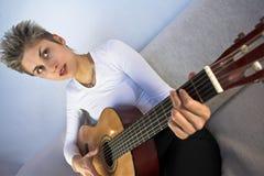 Frau und Gitarre Lizenzfreie Stockfotografie