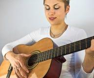 Frau und Gitarre Lizenzfreie Stockfotos
