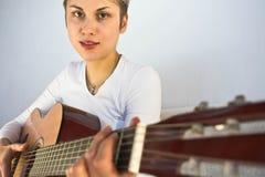 Frau und Gitarre Stockfotografie