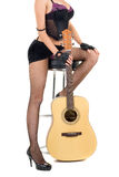 Frau und Gitarre getrennt auf Weiß Stockbilder