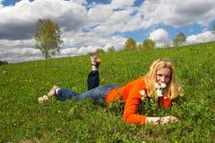 Frau und grüne Felder. Stockfotografie