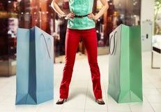 Frau und große Einkaufstaschen Stockbild