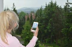 Frau und Handy mit Bild Lizenzfreies Stockfoto