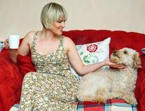 Frau und Hund auf Sofa Stockfotografie