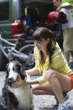 Frau und Hund mit Mann-Laden-Auto lizenzfreie stockfotografie