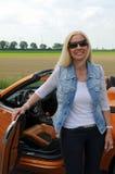 Frau und ihr Cabriolet Lizenzfreie Stockbilder