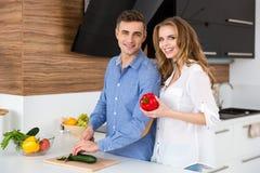 Frau und ihr Ehemann, die zu Hause auf der Küche kochen Stockbild