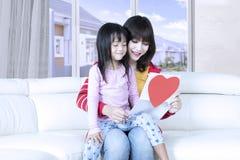 Frau und ihr Kind lasen Brief Lizenzfreie Stockfotos