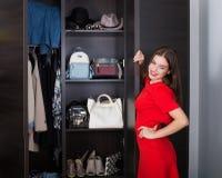 Frau und ihre Garderobe Lizenzfreie Stockfotografie