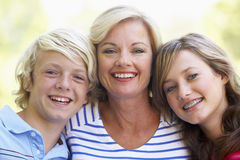 Frau und ihre Jugendkinder Stockfotos