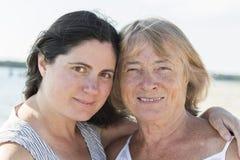 Frau und ihre Mutter lizenzfreie stockbilder