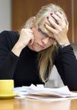 Frau und ihre Rechnungen Lizenzfreie Stockbilder