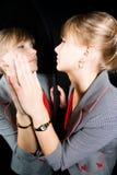 Frau und ihre Reflexion in einem Spiegel Lizenzfreies Stockfoto