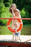 Frau und ihre Tochter, die mit Boje aufwerfen Lizenzfreie Stockfotografie