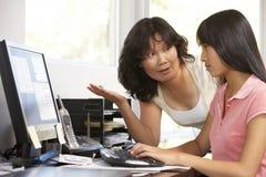Frau und jugendliche Tochter, die Computer verwendet lizenzfreies stockbild