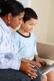 Frau und Junge auf Computer Lizenzfreie Stockfotografie