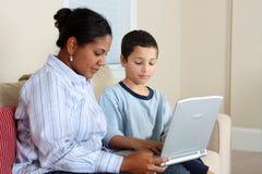 Frau und Junge auf Computer Lizenzfreie Stockbilder