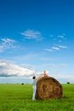 Frau und Junge auf dem Gebiet Stockfotos